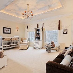 Modelo de habitación de bebé neutra tradicional, extra grande, con paredes beige y moqueta