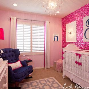 Cette image montre une chambre de bébé traditionnelle.