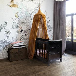Cette photo montre une chambre de bébé chic avec un sol en vinyl et un sol marron.