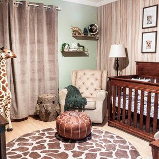Ispirazione per una piccola cameretta per neonati neutra classica con pareti verdi, pavimento in bambù, pavimento beige e carta da parati