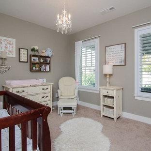 Cette image montre une chambre de bébé fille style shabby chic de taille moyenne avec un mur gris, moquette et un sol marron.
