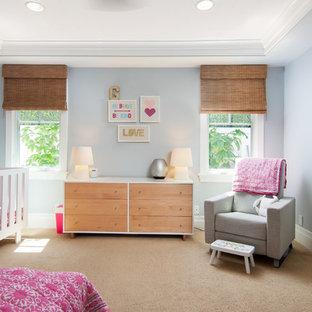 Ispirazione per una cameretta per neonata tradizionale con pareti blu, moquette e pavimento beige
