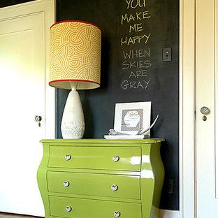 Imagen de habitación de bebé neutra clásica renovada con paredes negras