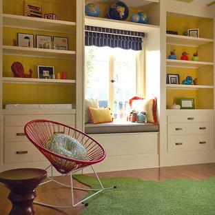 Foto de habitación de bebé neutra tradicional renovada con suelo de madera oscura