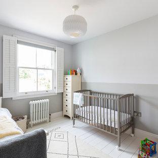 Foto de habitación de bebé neutra tradicional renovada con paredes grises, suelo de madera pintada y suelo blanco
