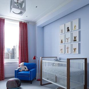 Modelo de habitación de bebé neutra clásica renovada con paredes azules, moqueta y suelo azul