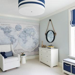 Modelo de habitación de bebé neutra clásica renovada, de tamaño medio, con paredes azules, moqueta y suelo beige