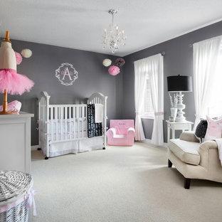 Ejemplo de habitación de bebé niña tradicional renovada, grande, con paredes grises y moqueta