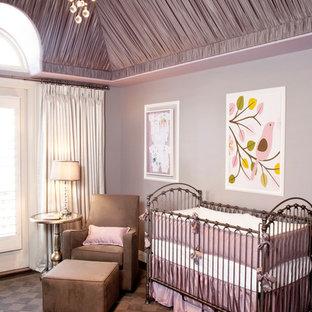 Foto de habitación de bebé niña tradicional renovada con paredes púrpuras, moqueta y suelo marrón