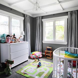 Modelo de habitación de bebé neutra clásica renovada con paredes grises, moqueta y suelo gris
