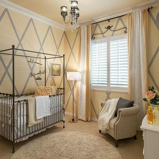 Réalisation d'une chambre de bébé neutre tradition avec un mur multicolore, moquette et un sol beige.