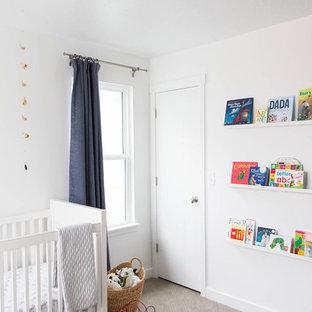 Foto de habitación de bebé neutra clásica renovada, de tamaño medio, con paredes blancas y moqueta