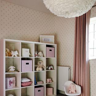 Diseño de habitación de bebé niña clásica renovada con paredes beige, moqueta y suelo gris