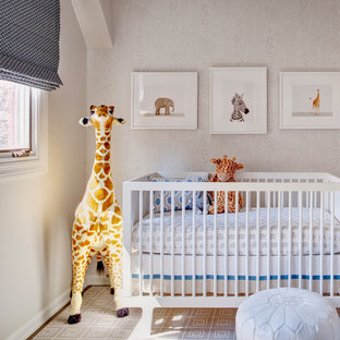 Ejemplo de habitación de bebé neutra clásica renovada con paredes blancas y suelo de madera en tonos medios