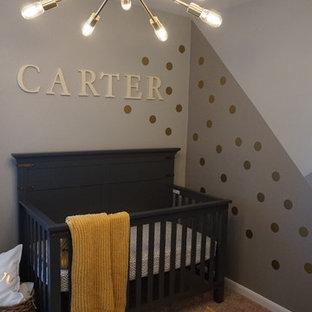 Foto de habitación de bebé niño minimalista, pequeña, con paredes grises, moqueta y suelo beige