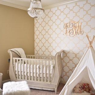 Modelo de habitación de bebé niña tradicional renovada, de tamaño medio, con paredes marrones, moqueta y suelo beige