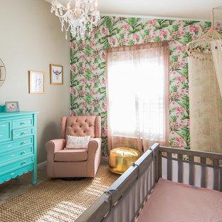 Inspiration pour une chambre de bébé fille bohème de taille moyenne avec un sol en carrelage de céramique et un mur multicolore.
