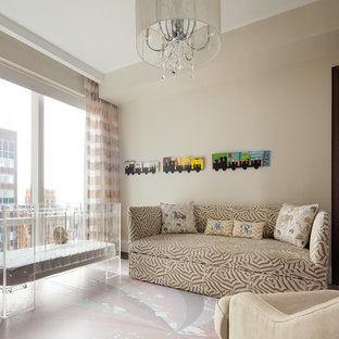 Immagine di una cameretta per neonati neutra design di medie dimensioni con pareti beige e pavimento in vinile