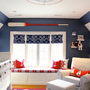 Inspiration pour une chambre de bébé neutre marine avec un mur bleu.
