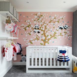 Foto de habitación de bebé niña actual, de tamaño medio, con paredes rosas, moqueta y suelo gris