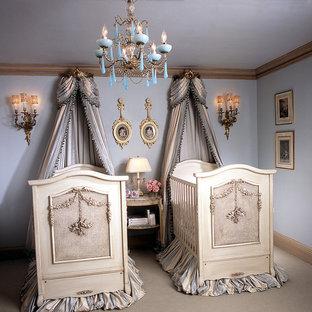 Cette photo montre une chambre de bébé fille victorienne avec un mur violet et moquette.