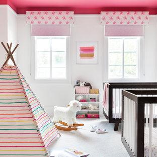 Modelo de habitación de bebé niña escandinava, de tamaño medio, con paredes blancas, moqueta y suelo blanco