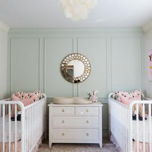 Inspiration pour une chambre de bébé fille traditionnelle de taille moyenne avec un mur vert, un sol en bois brun et un sol beige.