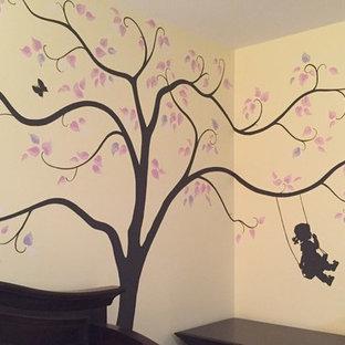 Imagen de habitación de bebé niña tradicional renovada con paredes beige