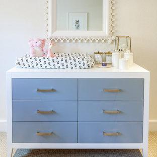 Foto di una cameretta per neonata minimalista di medie dimensioni con pareti beige e moquette