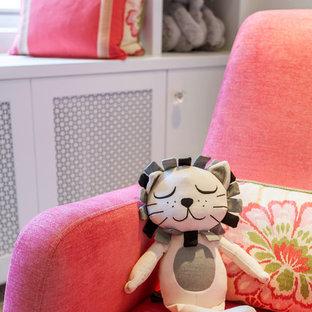 Diseño de habitación de bebé niña minimalista, de tamaño medio, con paredes beige y moqueta