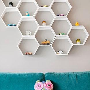 Aménagement d'une chambre de bébé fille classique de taille moyenne avec un mur gris et moquette.