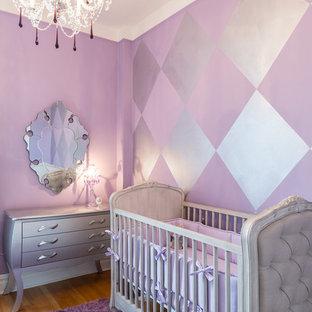 Cette image montre une chambre de bébé fille traditionnelle de taille moyenne avec un mur violet et un sol en bois brun.