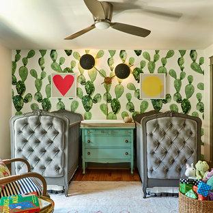 Cette image montre une chambre de bébé neutre bohème de taille moyenne avec un mur vert.