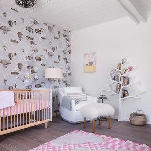 Foto de habitación de bebé niña vintage, de tamaño medio, con paredes blancas y suelo de madera clara
