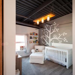 Modelo de habitación de bebé niño industrial, de tamaño medio, con paredes grises, moqueta y suelo gris
