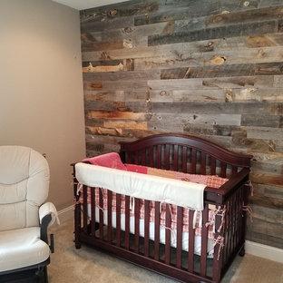 Foto de habitación de bebé contemporánea, de tamaño medio, con paredes marrones, moqueta y suelo beige