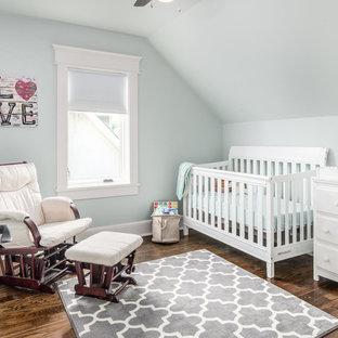 Exemple d'une petit chambre de bébé neutre craftsman avec un mur vert, un sol en bois brun et un sol marron.