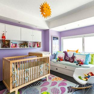 Ejemplo de habitación de bebé niña contemporánea, pequeña, con paredes púrpuras, suelo de baldosas de porcelana y suelo negro