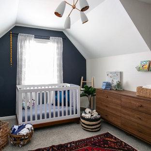 Imagen de habitación de bebé neutra tradicional renovada, grande, con paredes blancas, moqueta y suelo gris