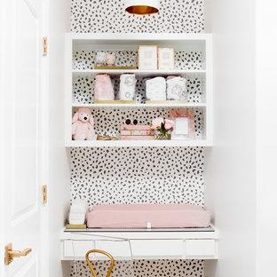Exemple d'une chambre de bébé fille chic avec un mur multicolore.