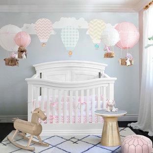 Klassisk inredning av ett mellanstort babyrum, med rosa väggar
