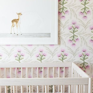 Foto de habitación de bebé niña clásica renovada, de tamaño medio, con paredes multicolor, moqueta y suelo beige