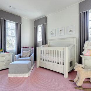 Immagine di una cameretta per neonata chic con pareti bianche, moquette e pavimento rosa