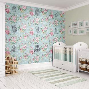 Idées déco pour une grand chambre de bébé neutre craftsman avec un mur beige, un sol en bois clair et un sol blanc.