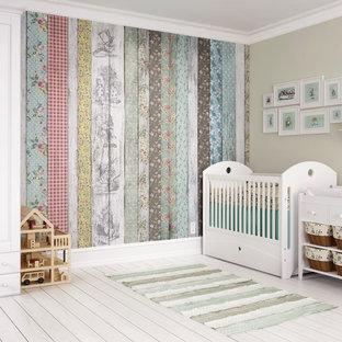 Cette photo montre une grand chambre de bébé neutre craftsman avec un mur beige, un sol en bois clair et un sol blanc.