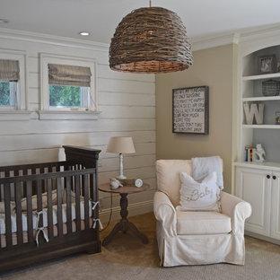 Cette image montre une chambre de bébé neutre marine avec un mur beige, moquette et un sol beige.