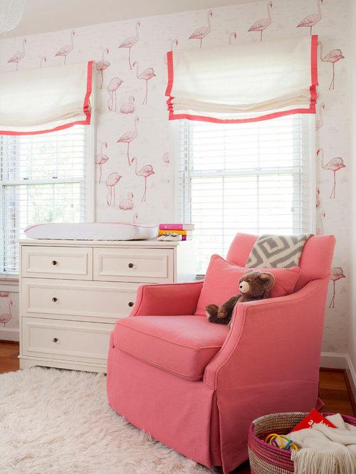 cette image montre une chambre de bb fille traditionnelle de taille moyenne avec un mur multicolore - Chambre Multicolore Fille