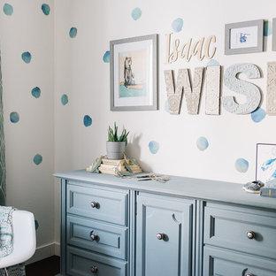 На фото: комната для малыша в стиле модернизм с
