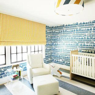 Foto de habitación de bebé neutra clásica renovada con paredes azules, moqueta y suelo multicolor