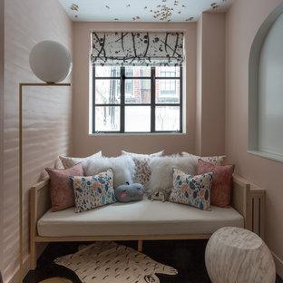 Cette image montre une petit chambre de bébé fille design avec un mur rose, un sol en bois foncé et un sol noir.